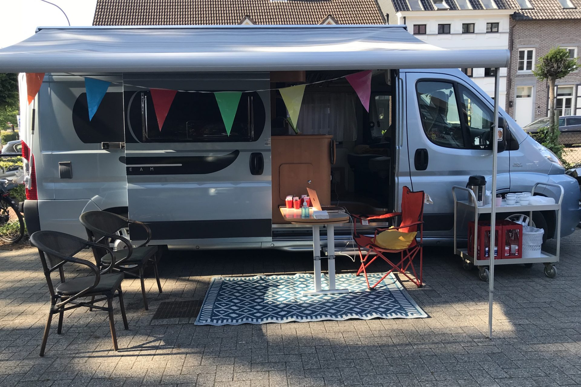 De sense of home-caravan komt ter plaatse