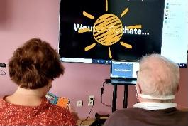 Smart tv-scherm op staander zorgt voor contact